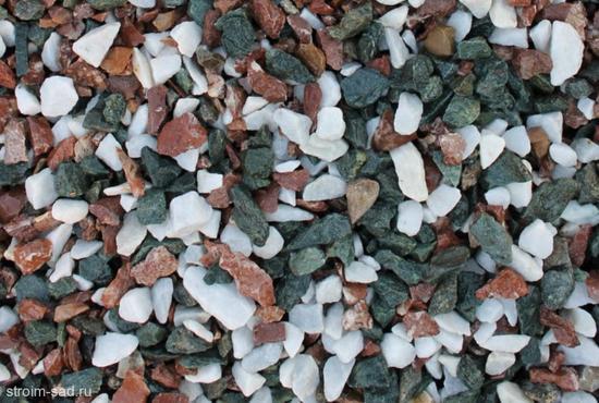 Щебень крошка микс (белый-зеленый-розовый) фр. 5-10 мм, 10-20 мм фото
