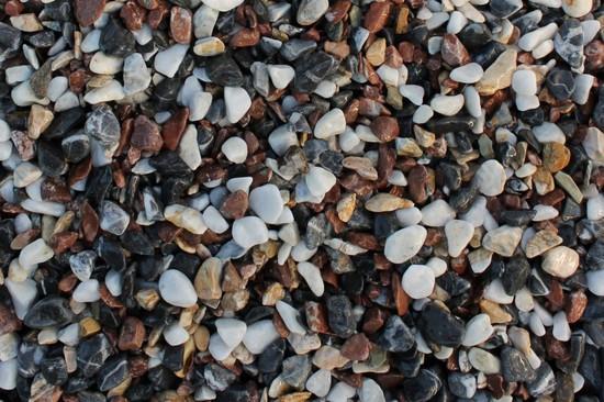 Щебень крошка микс (белый-черный-розовый) фр. 20-40 мм фото