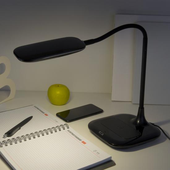 Фото №4 Светодиодная настольная лампа с беспроводной зарядкой 80419/1 черный