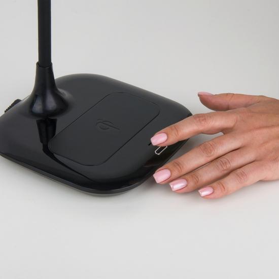 Фото №10 Светодиодная настольная лампа с беспроводной зарядкой 80419/1 черный
