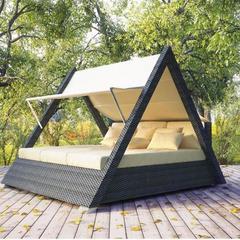 фото Треугольная беседка со спальным местом